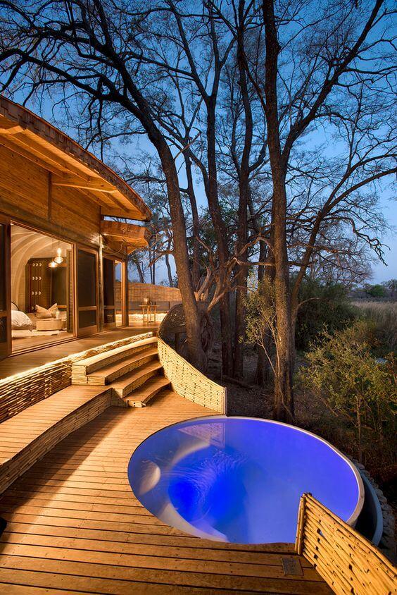 Admire a paisagem do entorno dentro da piscina redonda. Fonte: Pinterest