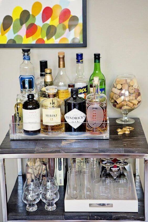 Aparador bar com bandeja de vidro para bebidas