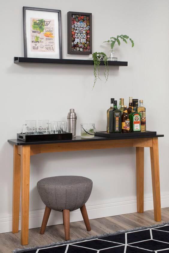 Buffet de bar avec plateau noir