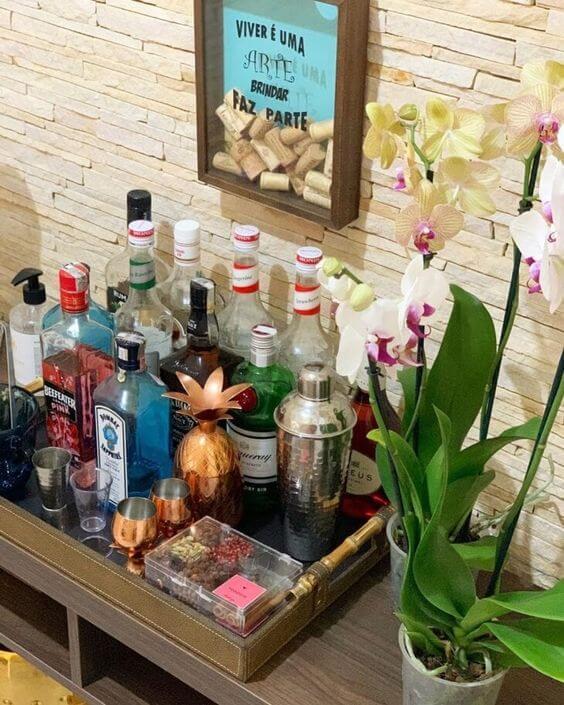 Aparador bar com orquídeas