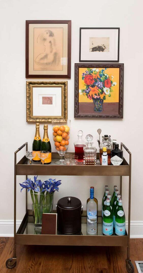 Aparador bar com quadros na decoração