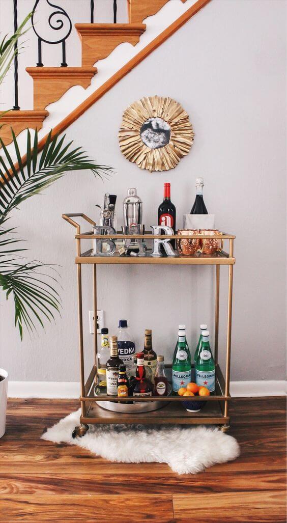 Aparador bar pequeno na escada com espelho na parede