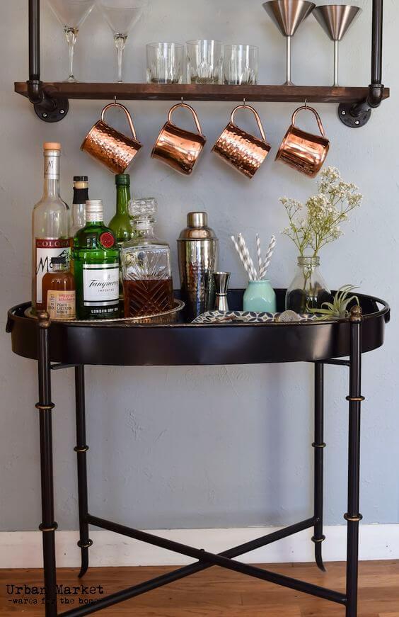 Aparador bar com suporte para canecas de cobre