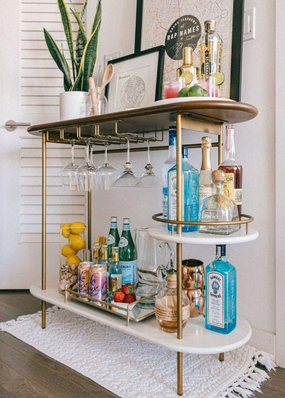 Aparador bar decorado com quadros e plantas