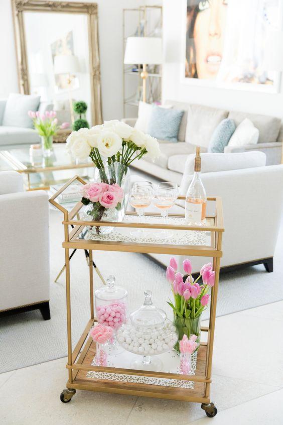 Aparador bar dourado com vaso de flores