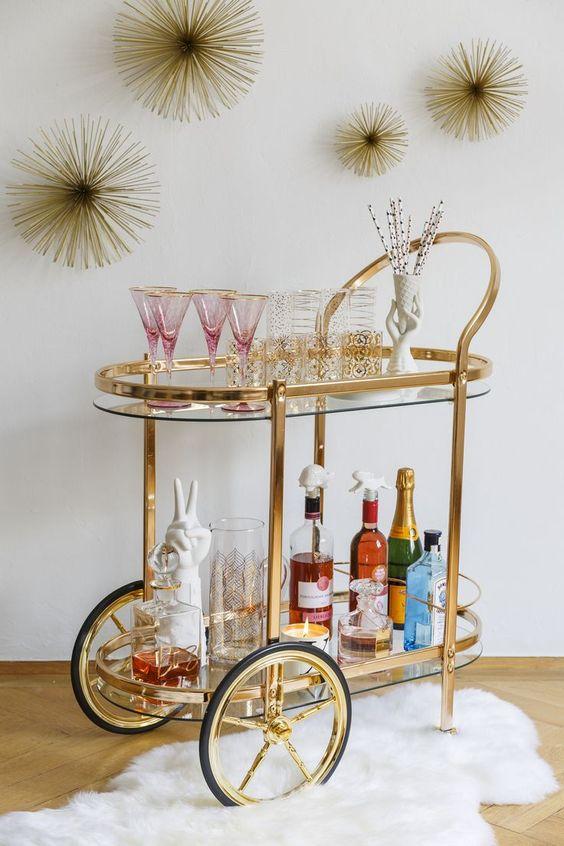 Aparador bar dourado e vidro