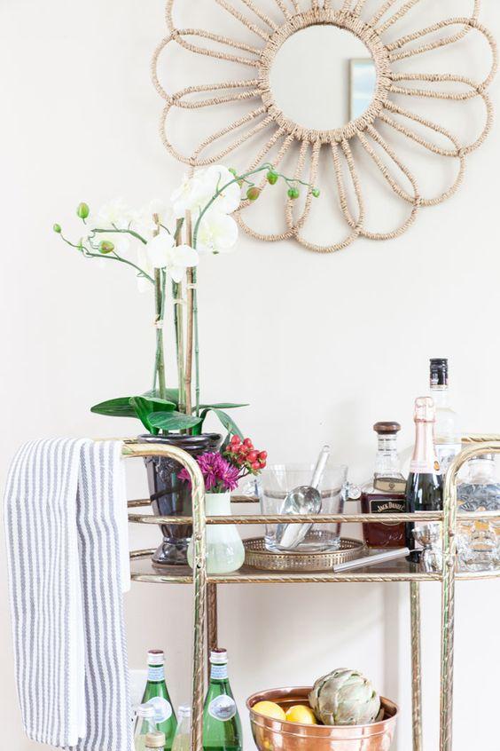 Aparador bar dourado na decoração moderna