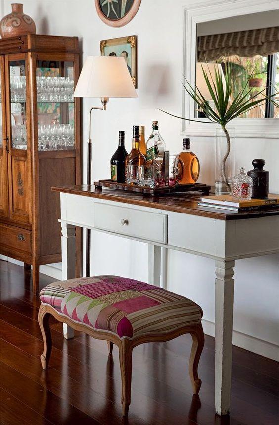 Aparador bar na sala de estar com cristaleira rustica