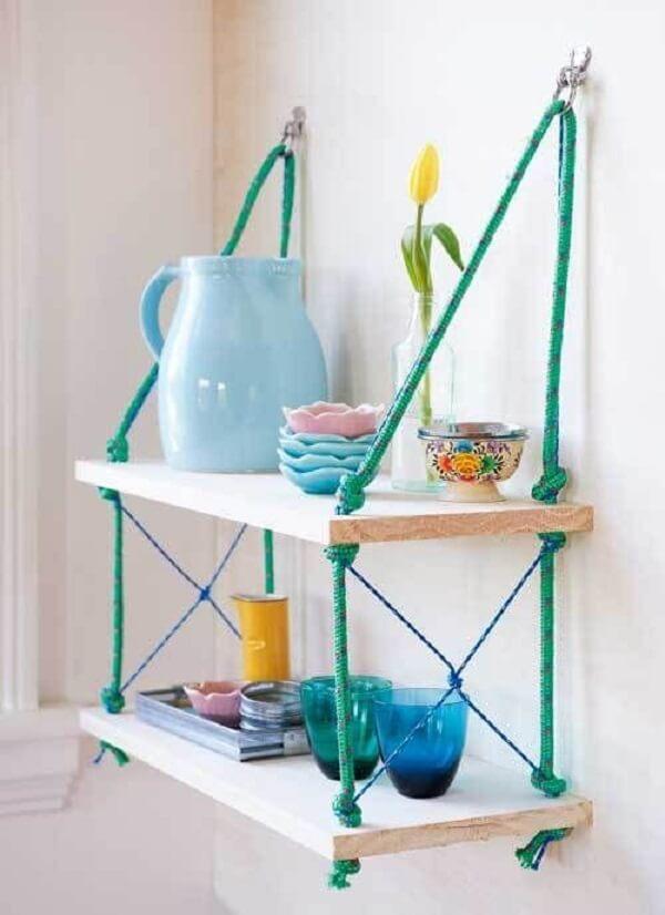 Aposte em cordas coloridas na hora de construir sua prateleira. Fonte: Viajando no Apê