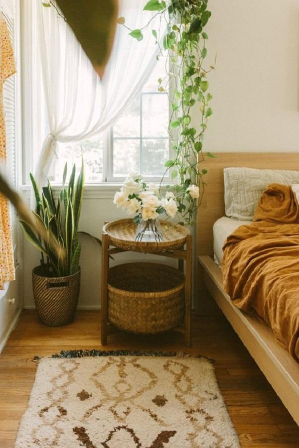 Aposte em cortinas com tecidos que criam um contraste interessante no ambiente. Fonte: Black & Blooms