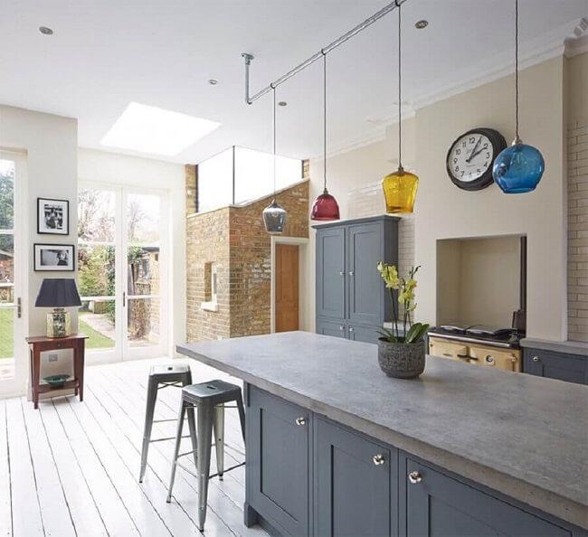Aposte em uma cozinha planejada com bancada de cimento queimado e armários embutidos. Fonte: Cimento Mauá