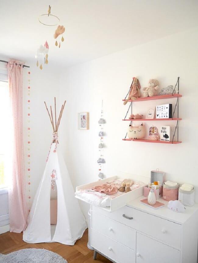 Aposte na prateleira de corda na hora de decorar o quarto das crianças. Fonte: Pinterest