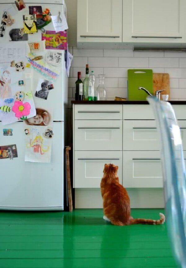 Aposte no piso colorido e deixe a cozinha mais descontraída