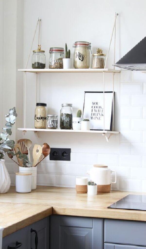 Aproveite a parte de cima da bancada da cozinha para fixar sua prateleira de corda. Fonte: Pinterest