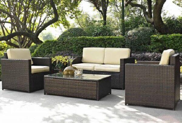 Aproveite para criar um espaço com sofá de vime