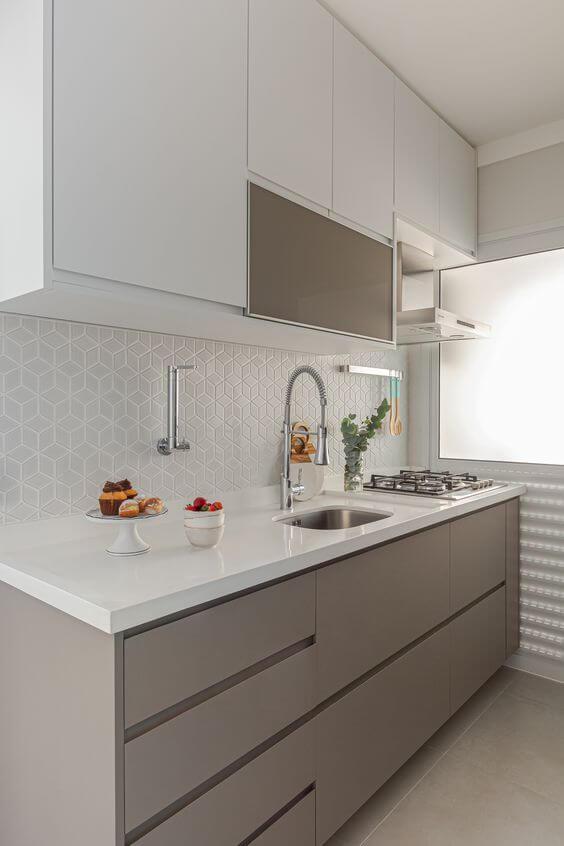 Armário de cozinha bege com revestimento 3D branco