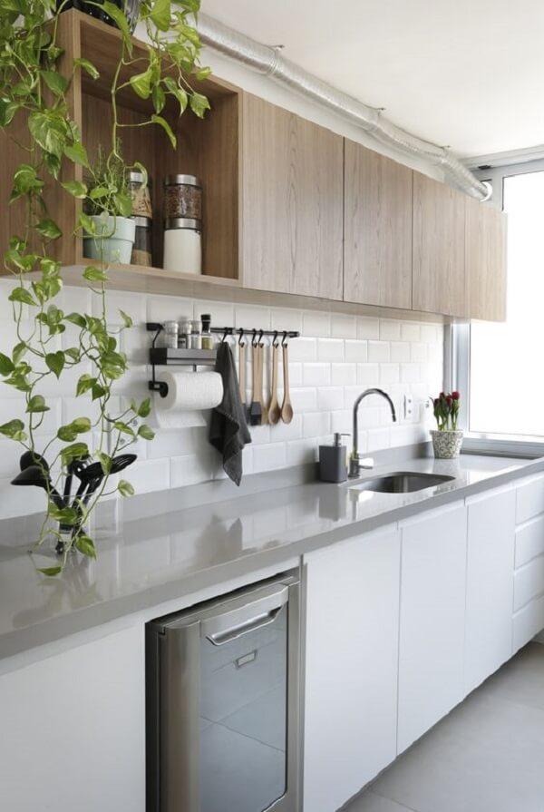 Le meuble en bois et le comptoir en silestone gris reflètent une atmosphère propre
