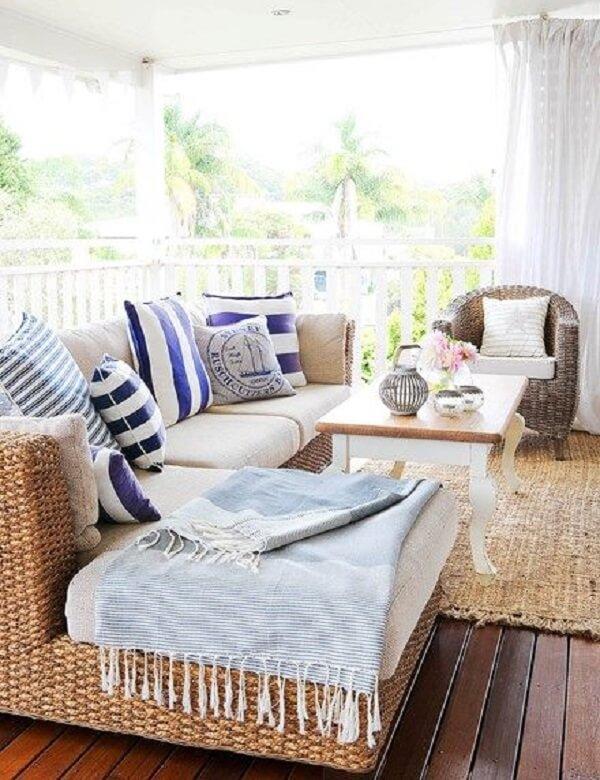 As almofadas e mantas deixam o ambiente mais aconchegante