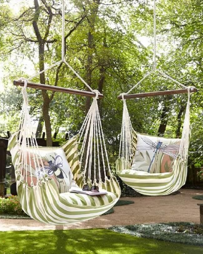 As almofadas estampadas alegram a rede cadeira