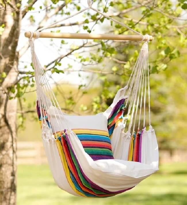 As cores da rede cadeira trazem alegria para a área externa