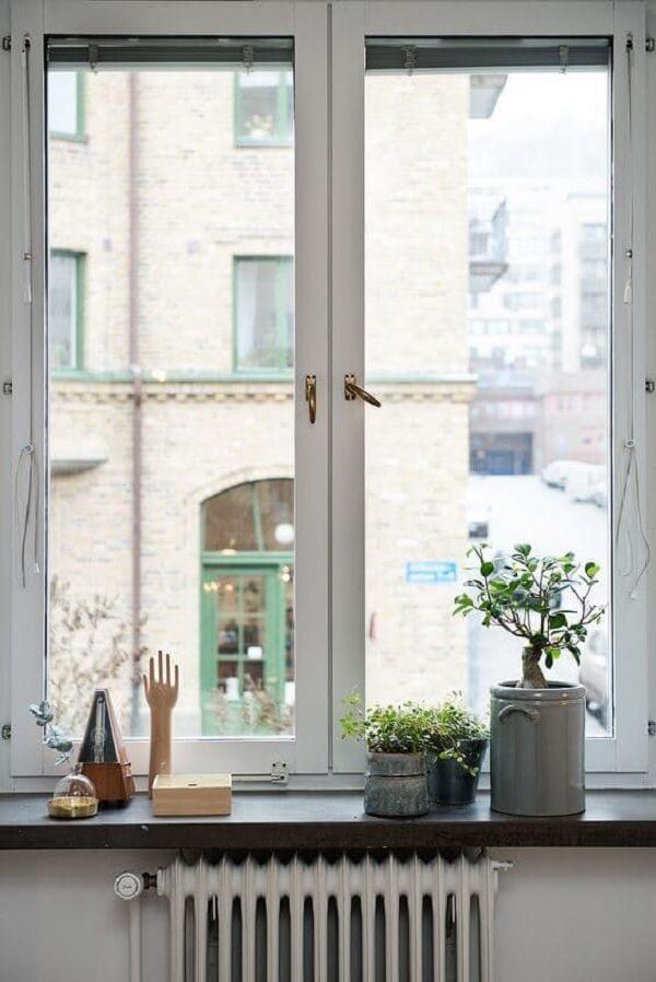 As miniestátuas também são boas pedidas na hora de decorar a janela do imóvel. Fonte: Apartment Therapy