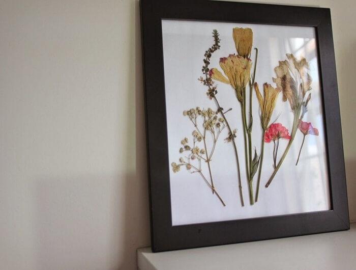 As pétalas de flores podem ficar expostas no ambiente dentro de quadros personalizados. Fonte: Blog Giuliana Flores