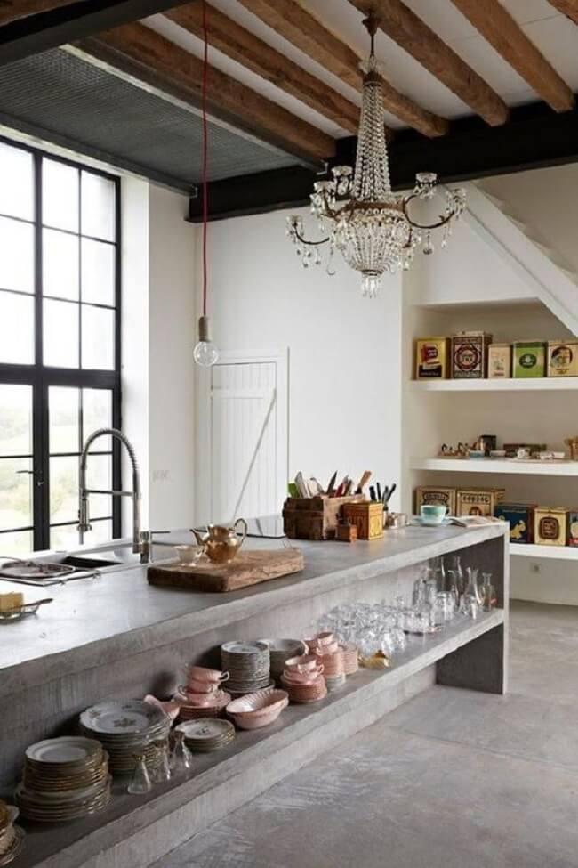 Bancada de cimento queimado com nicho que ajuda na organização de copos, pratos e demais utensílios. Fonte: Pinterest