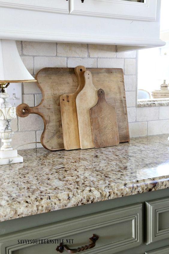 Bancada de granito bege com armários verdes