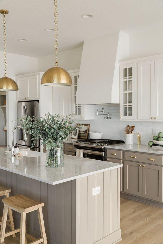Bancada de granito branco na cozinha cinza