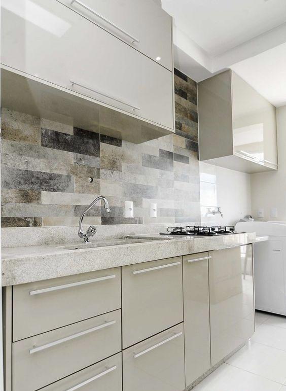 Bancada de granito branco com armários neutros