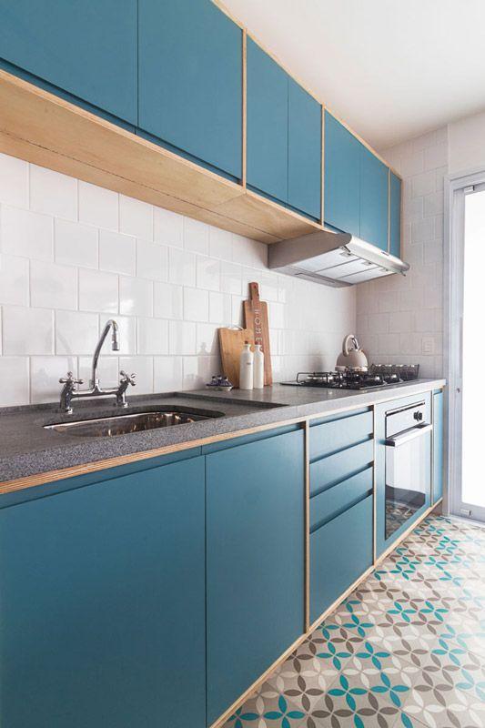 Bancada de granito para cozinha com armários azuis