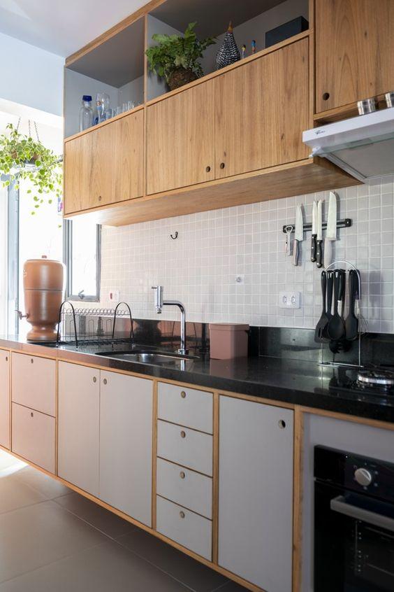 Bancada de granito para cozinha com armários de madeira