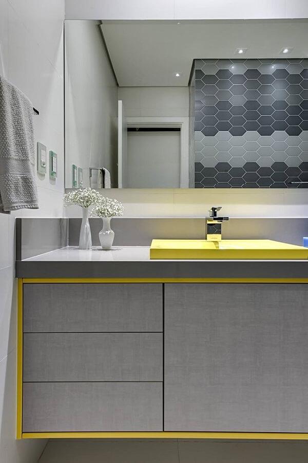 Bancada feita em silestone cinza com detalhes em amarelo