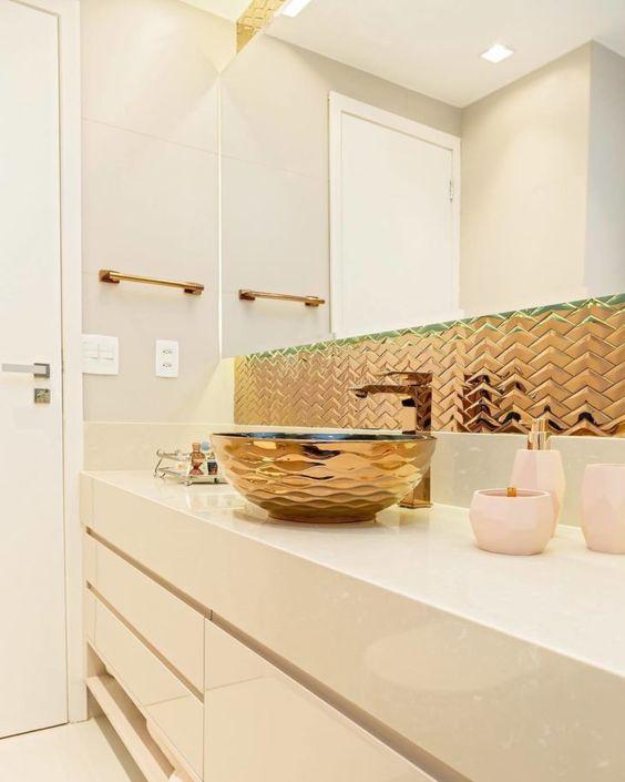Banheiro bege com bancada de granito