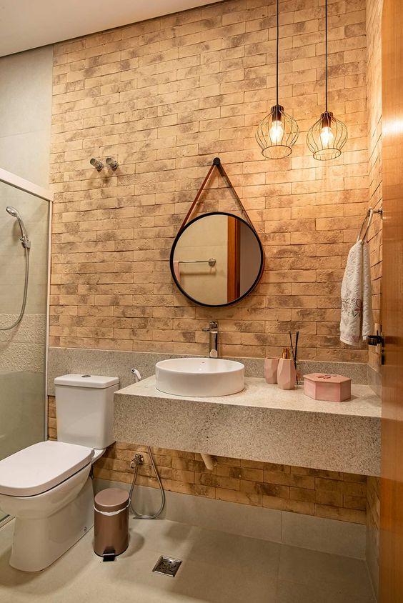 Banheiro bege com papel de parede de tijolinho