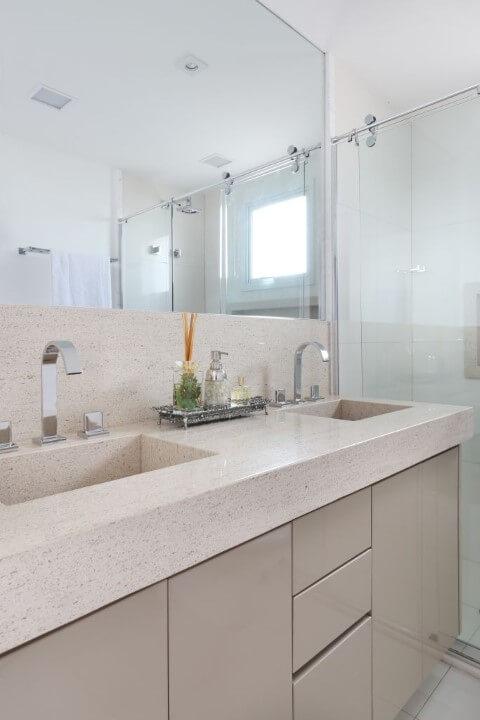 Banheiro com bancada de granito bege