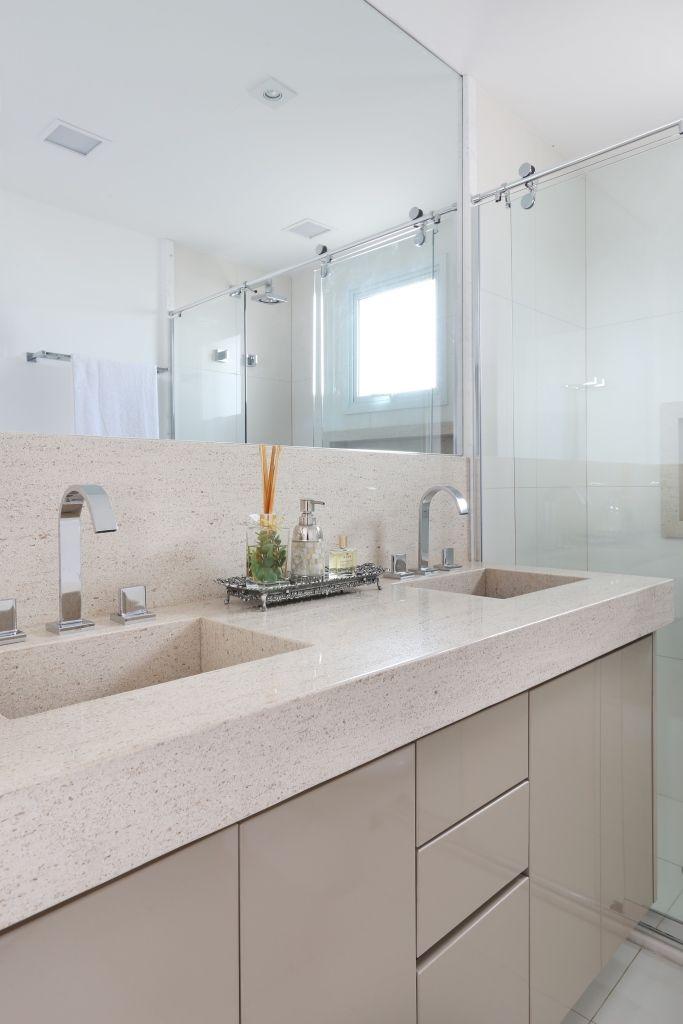 Banheiro claro com granito bege