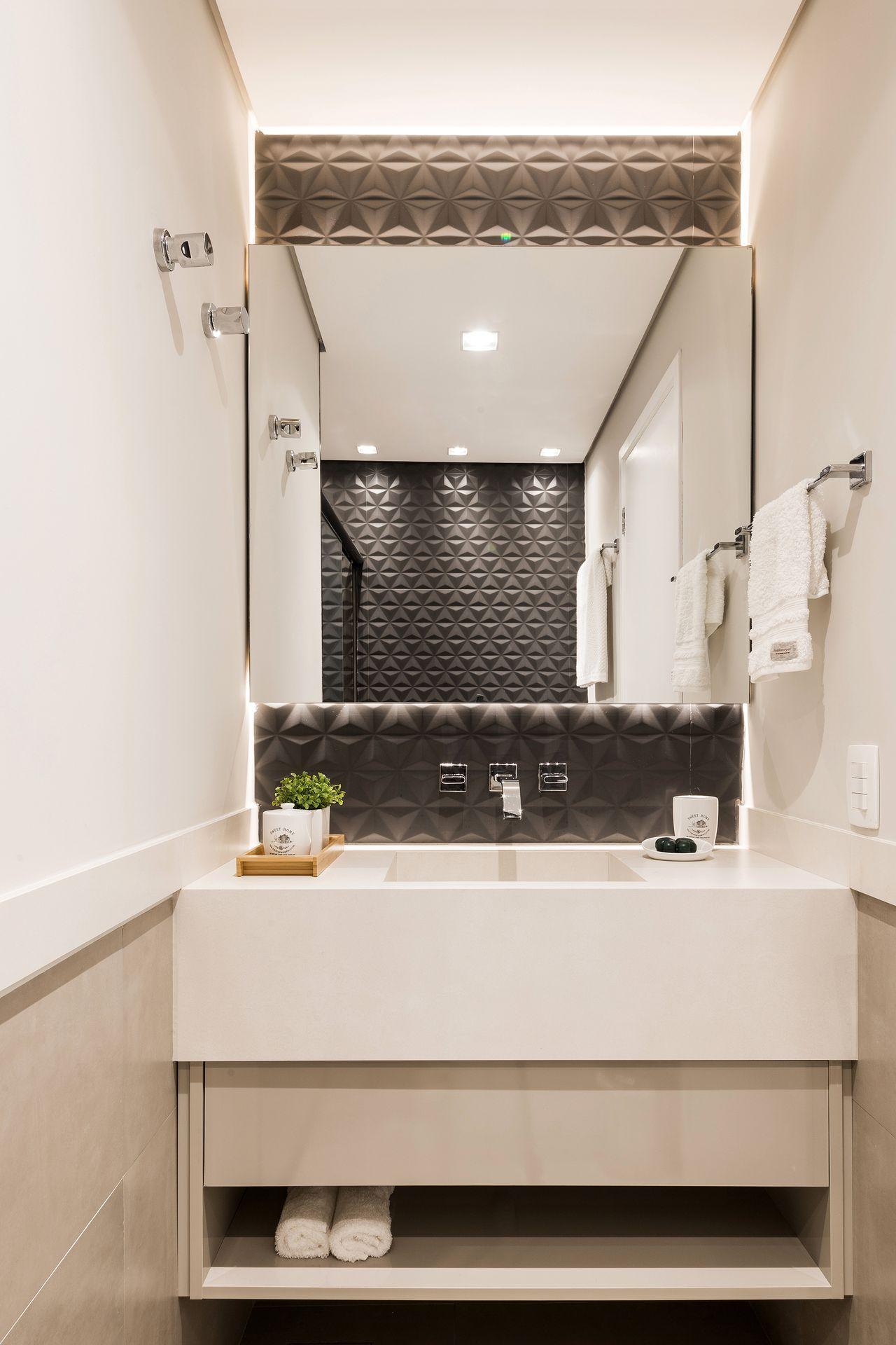 Banheiro com azulejo 3D preto e armário branco
