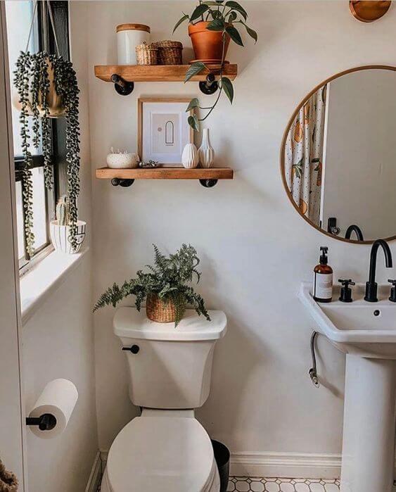 Banheiro com prateleira rustica decorada com vasos