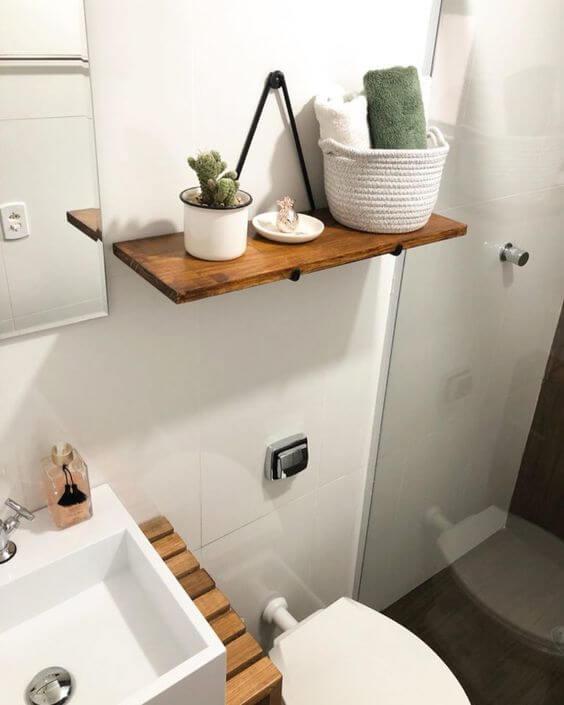 Banheiro com prateleira rustica suspensa