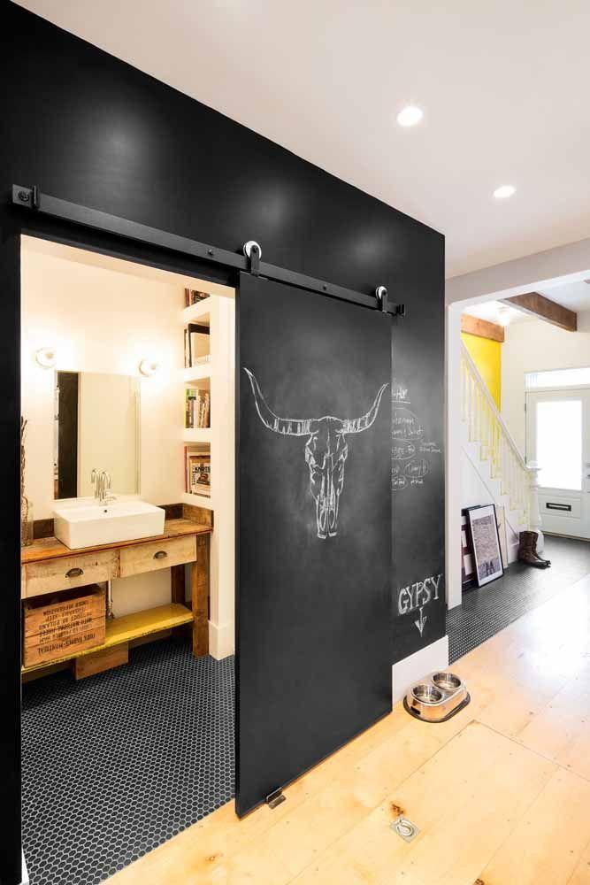 Banheiro com tinta lousa preta