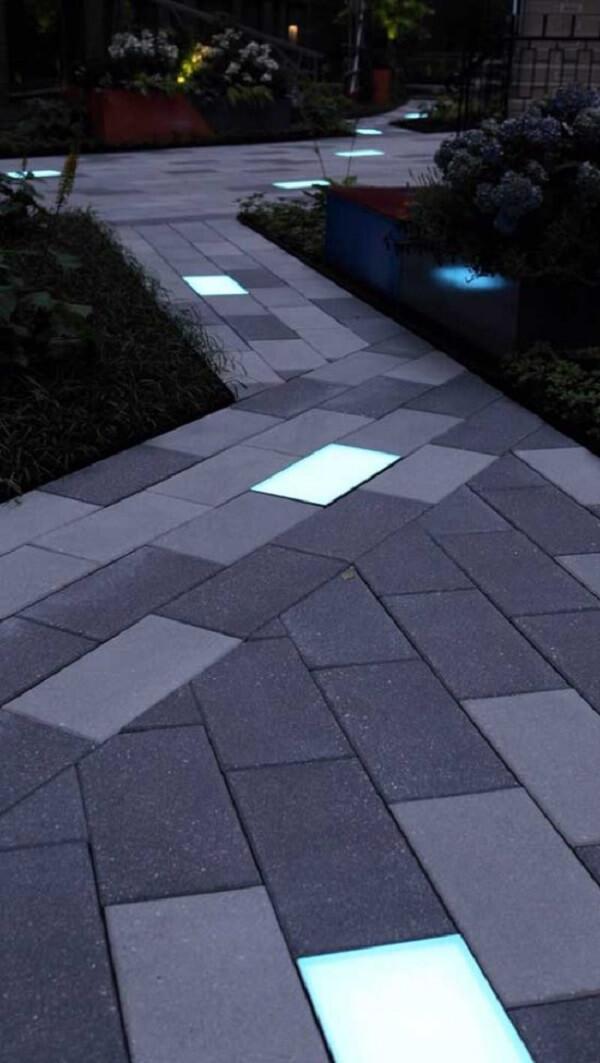 Caminho de piso intertravado com sinalizador luminoso decora a área externa do imóvel