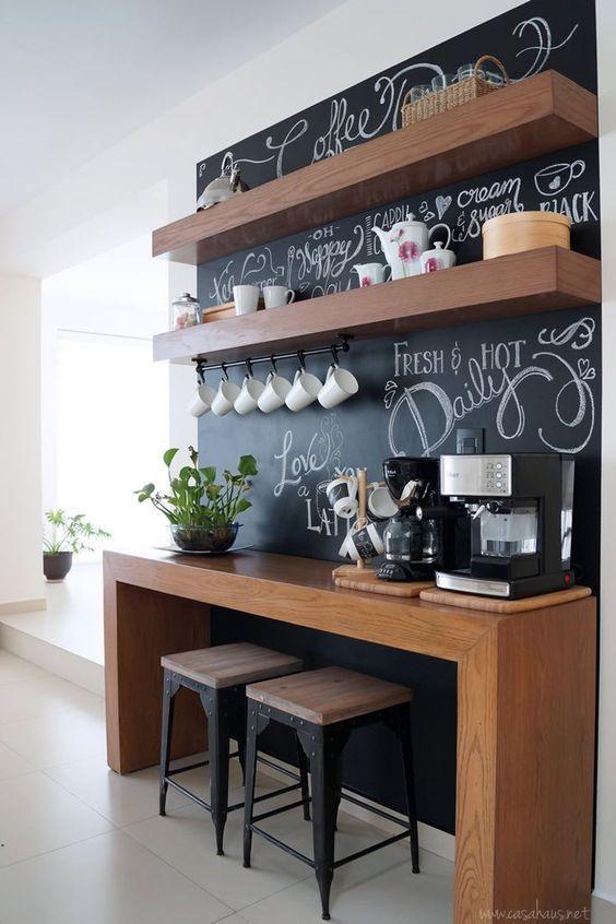 Cantinho do café com tinta lousa preta com aparador de madeira