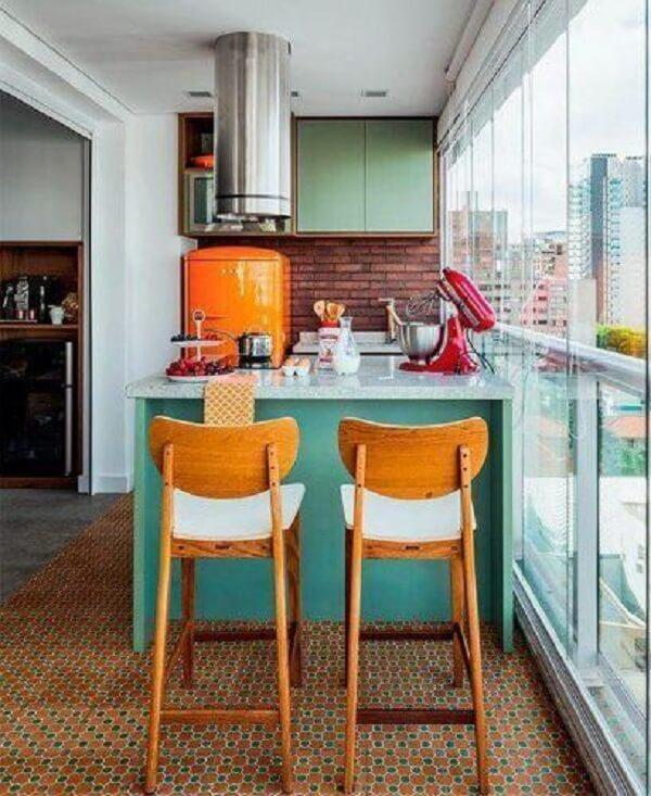 Cantinho gourmet com piso colorido em tons de laranja e verde