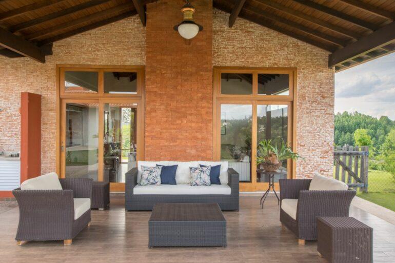 Casa de campo com sofá de vime para varanda. Fonte: Noma Estudio