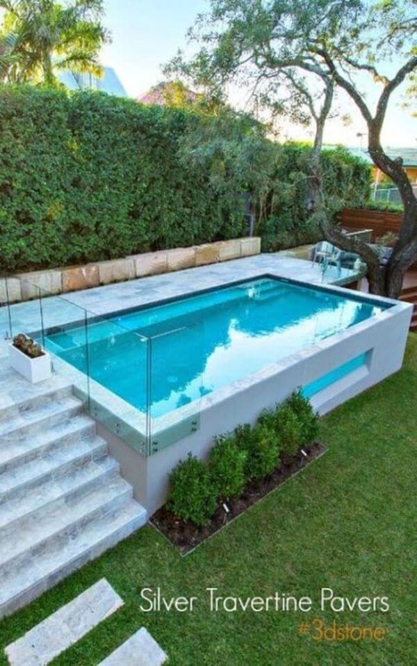 Casa pequena com piscina elevada