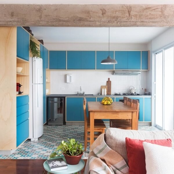Cozinha alegre com marcenaria azul e bancada em silestone cinza escuro