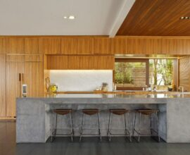 Cozinha ampla e moderna com bancada de cimento queimado. Fonte: Limaonagua