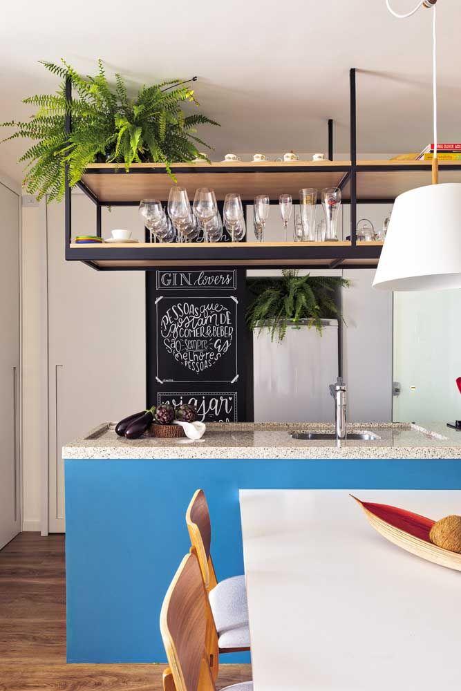 Cozinha azul com bancada de pia de granito bege