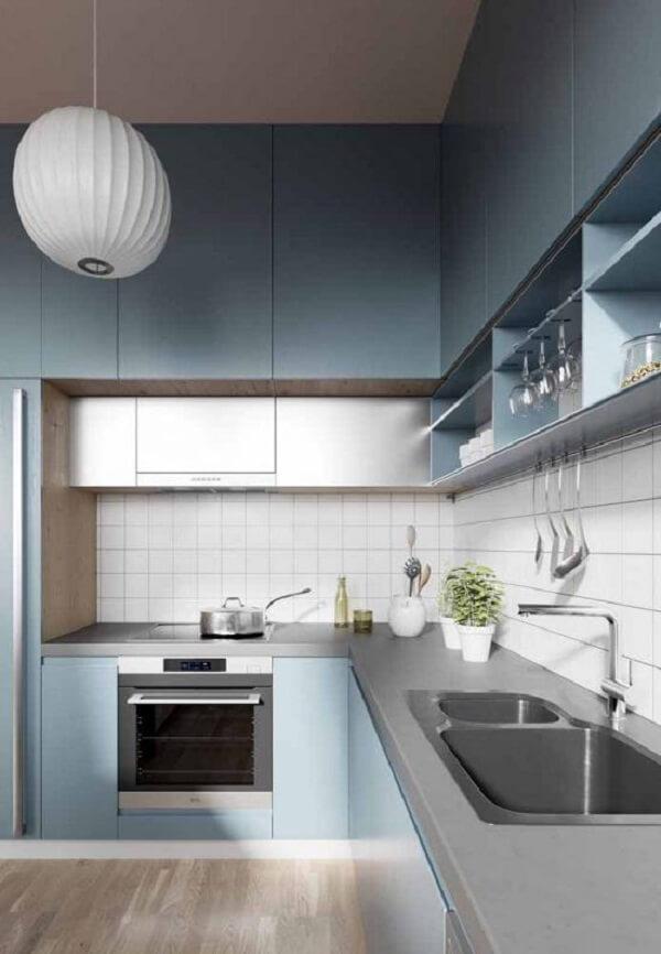 Cozinha azul com bancada em silestone cinza